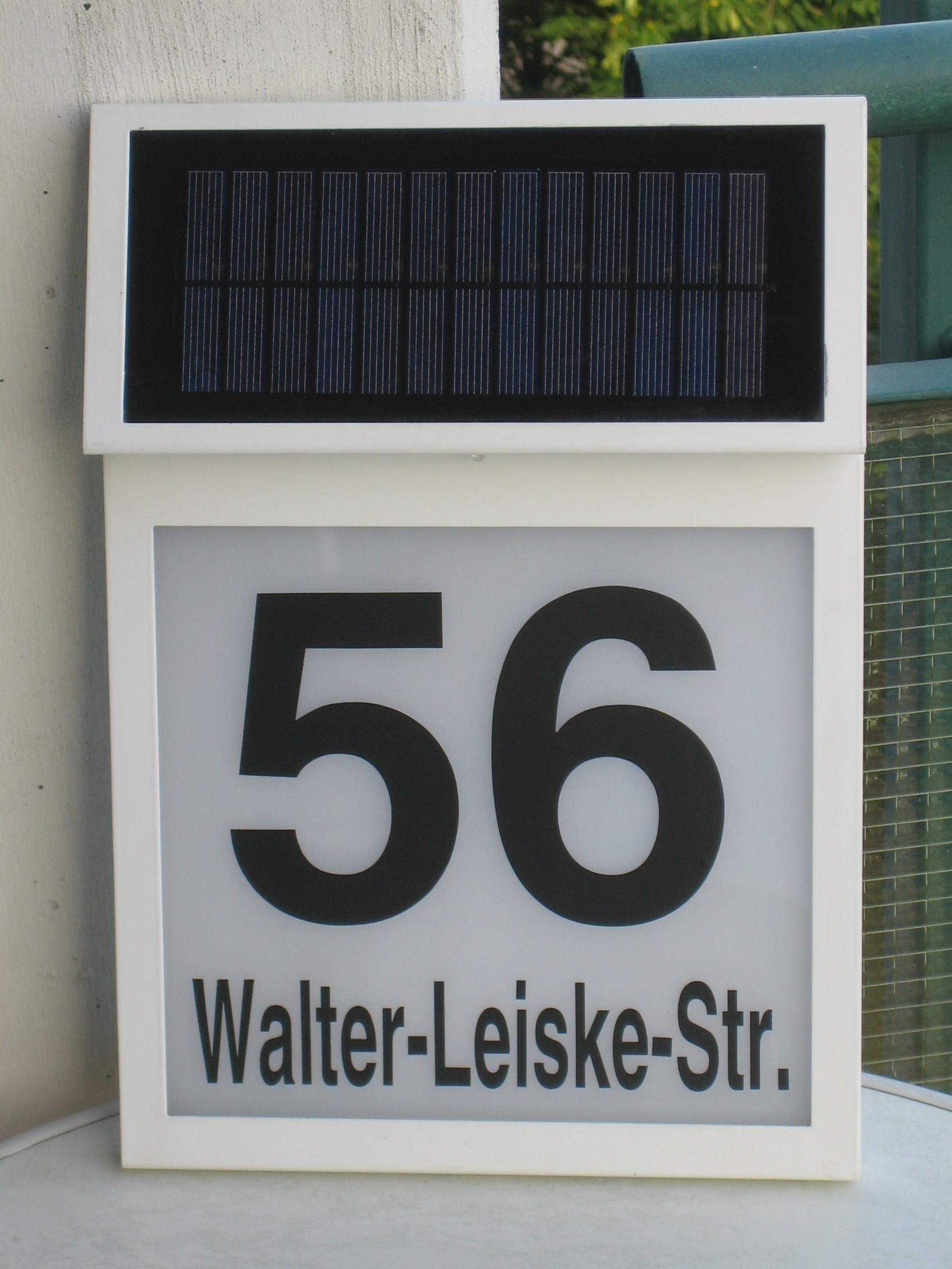 hausnummer solar test solar hausnummer mit led. Black Bedroom Furniture Sets. Home Design Ideas